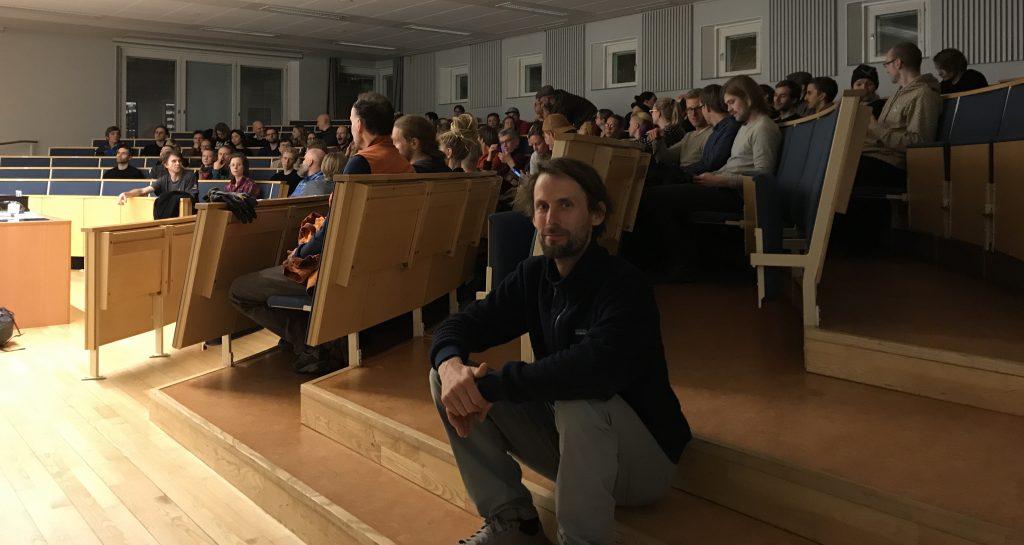 Nicolas Favresse innan föreläsningen på Handels.